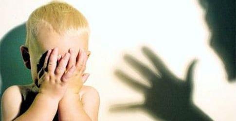 Părinţi care îşi bat copiii